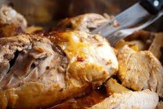 Eigengemaakte geroosterde kip met aardappels ondiepe dof Royalty-vrije Stock Foto