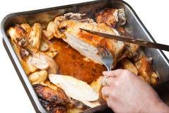 Eigengemaakte geroosterde kip met geïsoleerdeu aardappels Stock Afbeeldingen