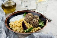 Eigengemaakte geroosterde rundvleesvleesballetjes en bulgur Stock Foto