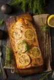 Eigengemaakte Geroosterde Zalm op Cedar Plank stock foto's