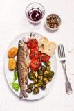 Eigengemaakte gevulde en geroosterde vissen met gebakken groenten en brood Royalty-vrije Stock Foto's