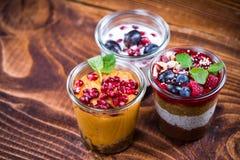 Eigengemaakte gezonde desserts met verse vruchten in kruiken stock foto's