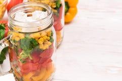 Eigengemaakte gezonde salade in glaskruik Stock Foto