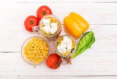 Eigengemaakte gezonde salade in glaskruik Stock Fotografie