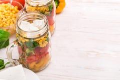 Eigengemaakte gezonde salade in glaskruik Royalty-vrije Stock Foto