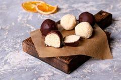 Eigengemaakte gezonde veganistchocolade candys met honing en kokosnoot Stock Afbeelding
