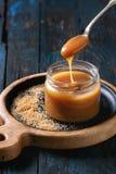 Eigengemaakte gezouten karamelsaus royalty-vrije stock afbeeldingen