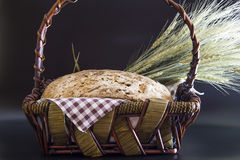 Eigengemaakte gluten-vrij en zonder gist artisanaal brood in een rieten mand royalty-vrije stock afbeelding