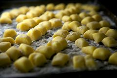 Eigengemaakte Gnocchi-Deegwaren die op Koekjesblad rusten Stock Afbeelding