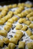 Eigengemaakte Gnocchi-Deegwaren met Bloem op Koekjesblad Royalty-vrije Stock Foto
