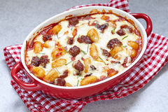 Eigengemaakte gnocchi met worst en saus stock foto