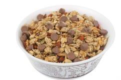 Eigengemaakte granola met chocoladedalingen die op witte backgrou worden geïsoleerdh Royalty-vrije Stock Afbeelding
