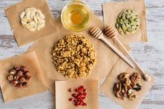 Eigengemaakte granolaingrediënten op de stukken van het bakselperkament royalty-vrije stock fotografie