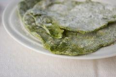 Eigengemaakte groene spinazie flatbread Stock Afbeeldingen