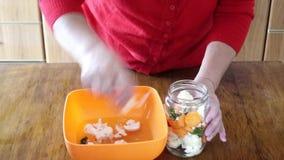 Eigengemaakte groenten in het zuur, zure komkommers stock video