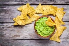 Eigengemaakte guacamole met graan breekt hoogste mening af royalty-vrije stock afbeeldingen