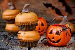 Eigengemaakte Halloween-pompoen cupcakes op donkere houten achtergrond FO Stock Afbeeldingen