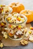 Eigengemaakte Halloween-sleepmengeling met popcorn, pretzels en noten stock afbeeldingen