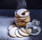 Eigengemaakte halvemaan gevormde koekjes in een glaskruik met bestrooid stock foto