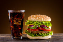 Eigengemaakte hamburger en cokes Royalty-vrije Stock Fotografie