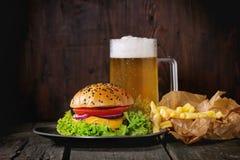 Eigengemaakte hamburger met bier en aardappels royalty-vrije stock foto's
