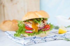 Eigengemaakte hamburger met geroosterde kip en kerriesaus royalty-vrije stock afbeeldingen