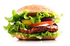 Eigengemaakte hamburger met kaas en verse groenten Stock Afbeelding