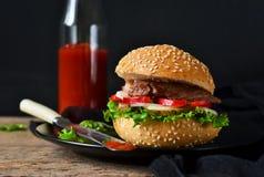 Eigengemaakte hamburger met rundvlees, salade en tomatensaus Royalty-vrije Stock Foto