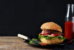 Eigengemaakte hamburger met rundvlees, salade en tomatensaus Stock Foto's