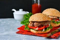 Eigengemaakte hamburger met rundvlees, tomaten en sla Royalty-vrije Stock Foto's
