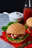 Eigengemaakte hamburger met rundvlees, tomaten en sla op een beton Royalty-vrije Stock Foto's