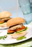 Eigengemaakte hamburger met rundvleeskotelet en groenten Royalty-vrije Stock Foto's