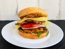 Eigengemaakte hamburger met sappige kotelet, arugula, bacon, groenten en mozarella Stock Fotografie