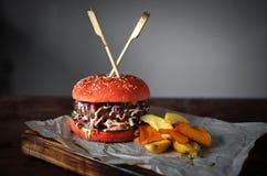Eigengemaakte Hamburger op de lijstkeuken stock foto's