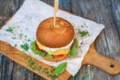 Eigengemaakte hamburgerclose-up op houten achtergrond met exemplaarruimte Royalty-vrije Stock Foto's