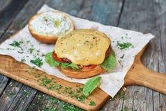 Eigengemaakte hamburgerclose-up op houten achtergrond met exemplaarruimte Royalty-vrije Stock Foto