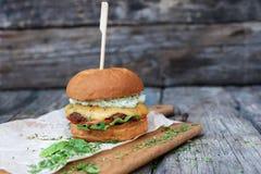Eigengemaakte hamburgerclose-up op houten achtergrond met exemplaarruimte Stock Foto