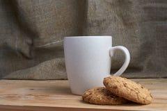 eigengemaakte haverkoekjes met zonnebloemzaden in mand en kop thee royalty-vrije stock foto