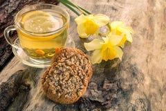 Eigengemaakte havermeelkoekjes met een kop thee op oude houten achtergrond stock foto's