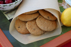 Eigengemaakte havermeelkoekjes met rozijnen op een dienblad stock fotografie
