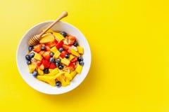 Eigengemaakte havermoutpap die met vruchten en bessen wordt gediend stock afbeelding