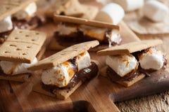 Eigengemaakte heemst s ` mores met chocolade op crackers Stock Afbeelding