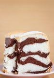 Eigengemaakte heerlijke gestreepte cake Stock Fotografie