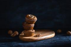 Eigengemaakte heerlijke muffin op donker close-up als achtergrond Kopcakes met banaan en okkernoot Zijaanzicht, exemplaarruimte stock afbeelding