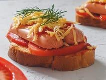 Eigengemaakte heerlijke sandwich met worst, tomaten en kaas Royalty-vrije Stock Afbeelding