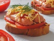 Eigengemaakte heerlijke sandwich met worst, tomaten en kaas Royalty-vrije Stock Afbeeldingen