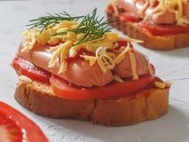 Eigengemaakte heerlijke sandwich met worst, tomaten en kaas Stock Foto
