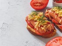 Eigengemaakte heerlijke sandwich met worst, tomaten en kaas Stock Afbeelding