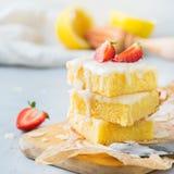 Eigengemaakte het koekjesbars van citroenpolenta met wit suikerglazuur royalty-vrije stock foto's