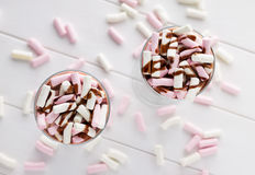 Eigengemaakte hete chocolade met kleurrijk heemst en bovenste laagje Royalty-vrije Stock Foto's